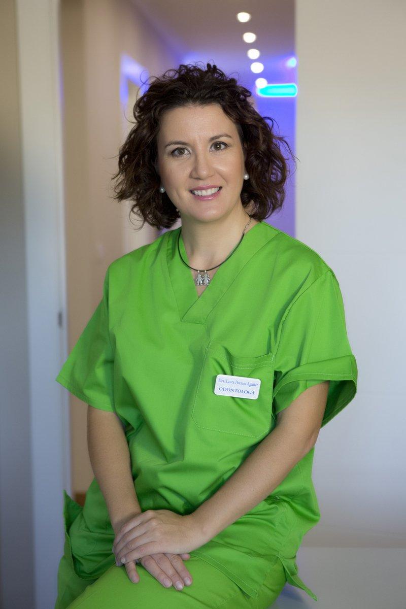 Dentista Dra. Laura Poyatos en su clínica dental de Guadix