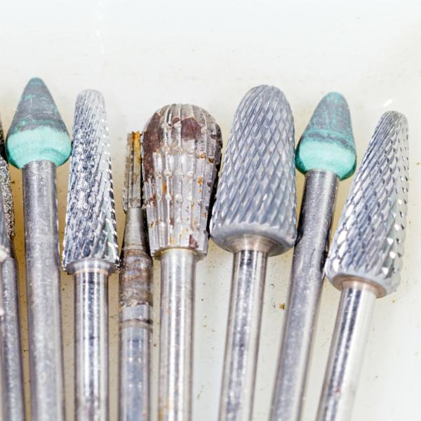 Utensilios usados para fabricar prótesis dentales