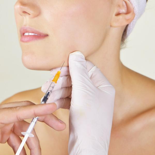 relleno de arrugas practicado en una clínica dental