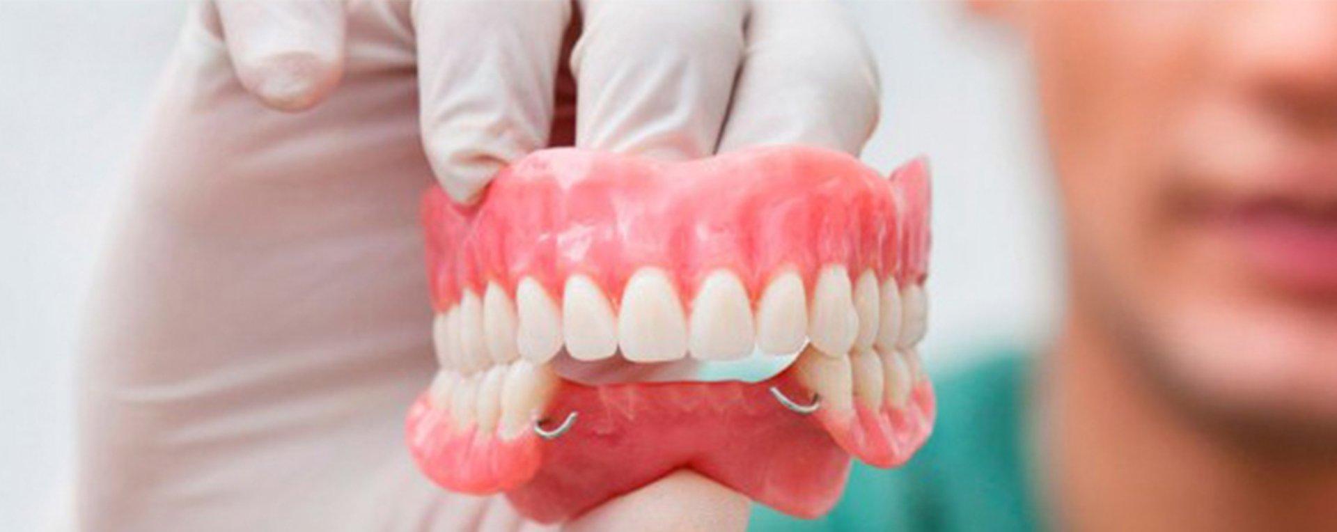 ¿Con qué frecuencia se debería utilizar el pegamento de prótesis dentales?