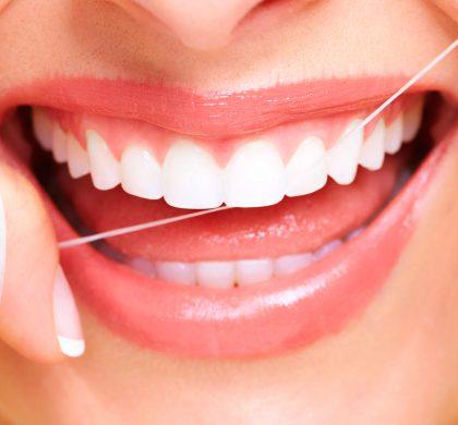 ¿Cómo se deben cuidar las prótesis dentales fijas?