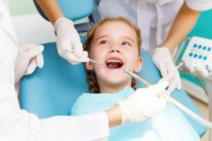 revisión dentista niña